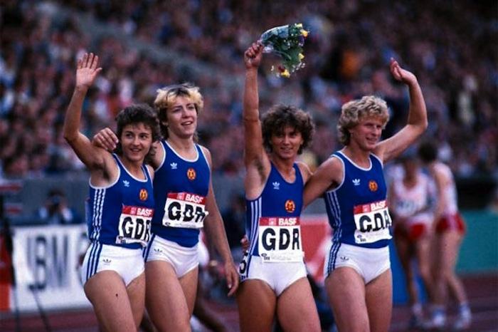die-deutsche-4-x-100-meter-staffel-der-ddr-stellte-1985-in-canberra-scheinbar-einen-rekord-fuer-die-ewigkeit-auf-hier-feiern-von-links-silke-gladisch-moeller-sabine-guenther-rieger-marli